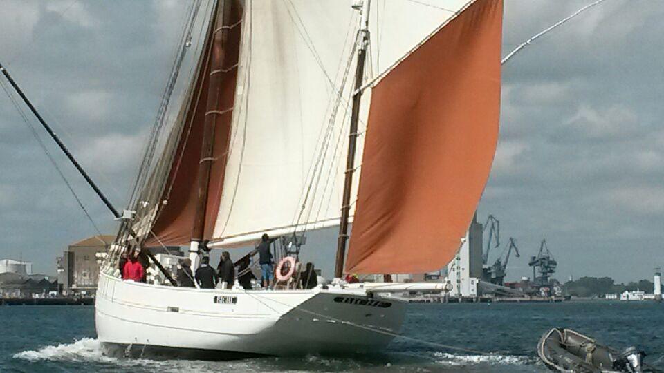 """De bien jolis bateaux dans la rade de Lorient. """"Biche""""remonte le chenal poussé par une bonne brise."""